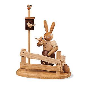 Kleine Figuren & Miniaturen Tiere Hasen Hasenfrau am Gartenzaun - 13cm