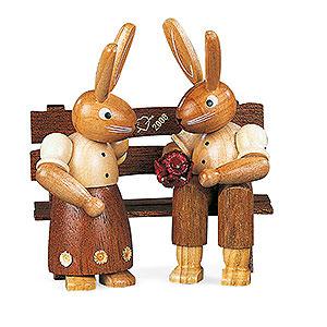 Kleine Figuren & Miniaturen Tiere Hasen Hasenpaar auf Bank - 11cm