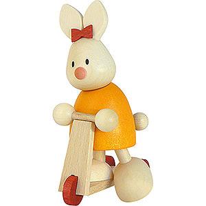 Kleine Figuren & Miniaturen Max & Emma (Hobler) Kaninchen Emma auf Roller - 9 cm